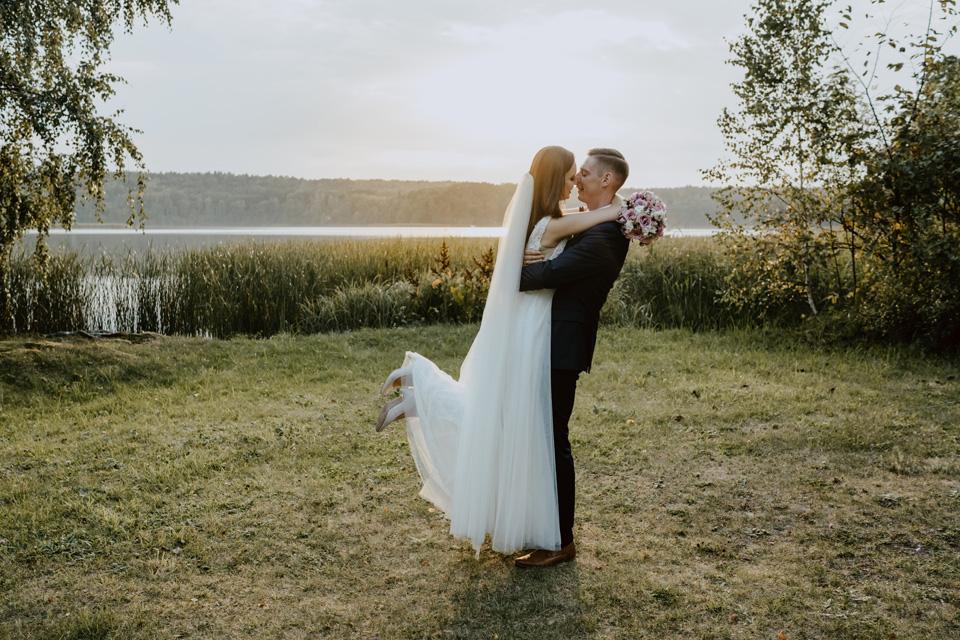 sesja ślubna zachód słońca nad jeziorem
