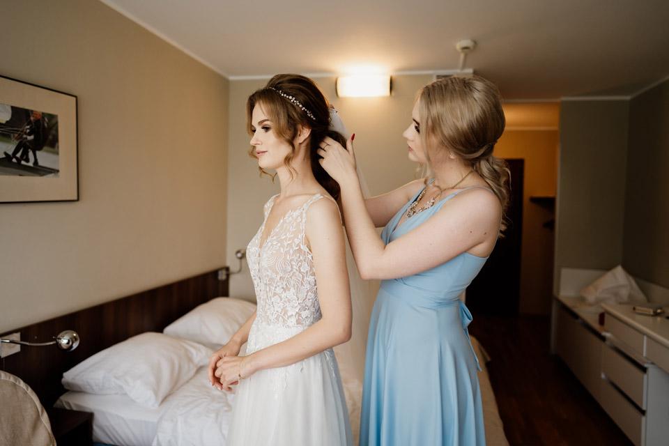 zakładanie welonu przed ślubem