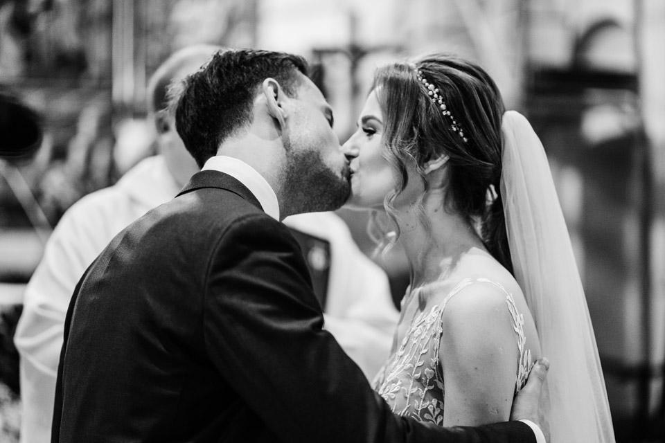 pierwszy pocałunek pary młodej- fotografia ślubna