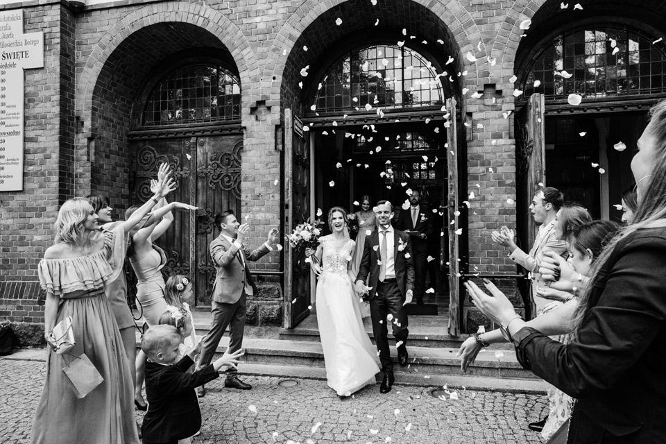 ślub w Olsztynie, wyjście z kościoła