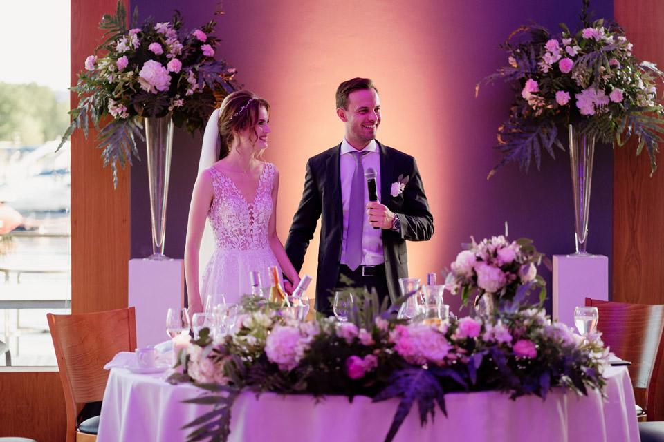 para młoda przy stoliku weselnym- restauracja Przystań w Olsztynie