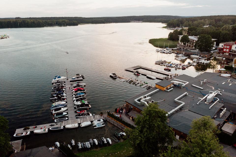 fotografia i filmowanie ślubów z drona- widok na jezioro Krzywe w Olsztynie