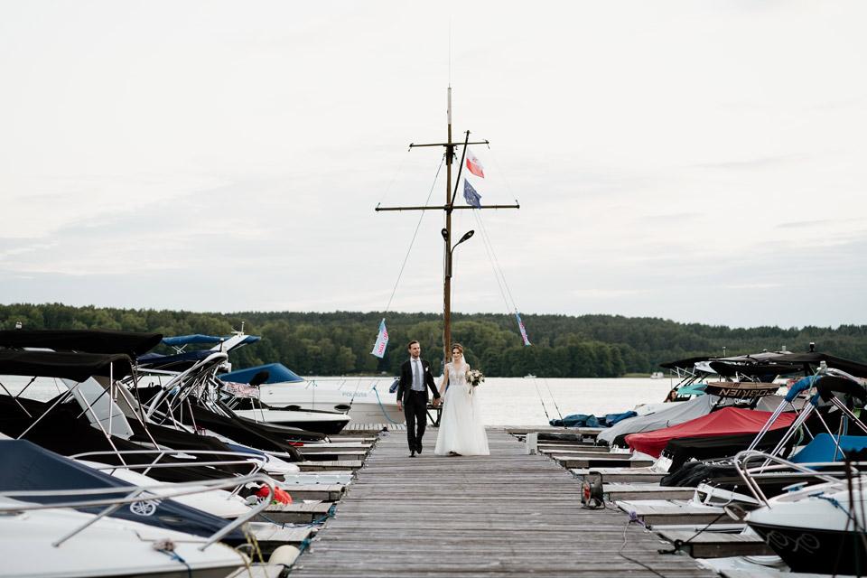 wesele nad jeziorem- sesja przy zachodzie słońca