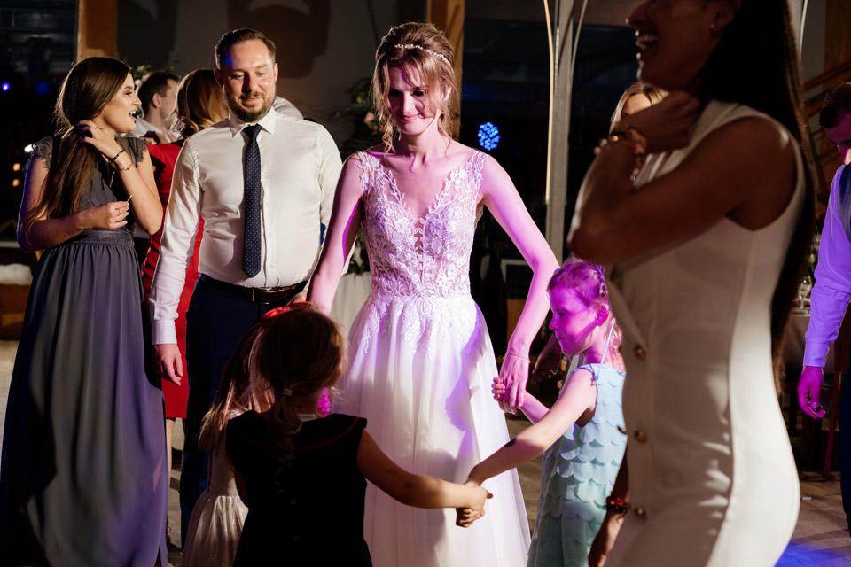 panna młoda tańczy z dziewczynkami