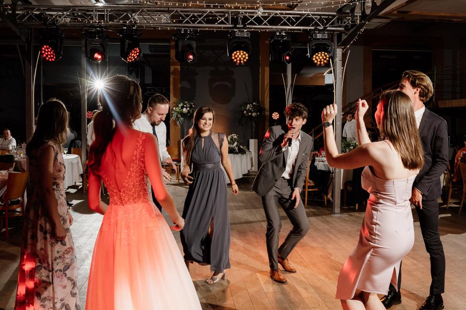 zabawa gości na sali weselnej w restauracji Przystań