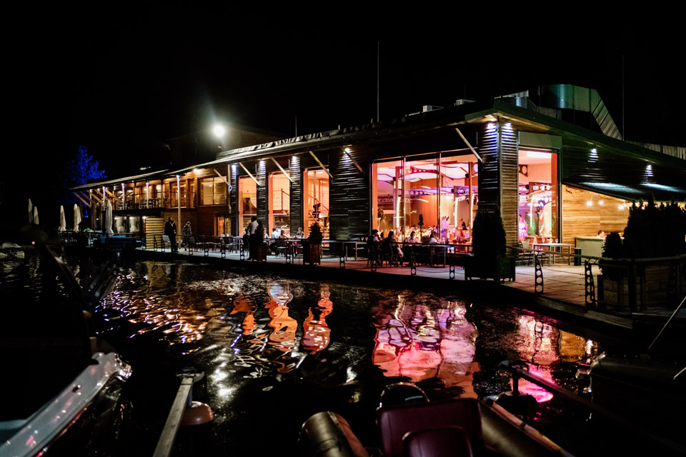 restauracja Przystań nocą