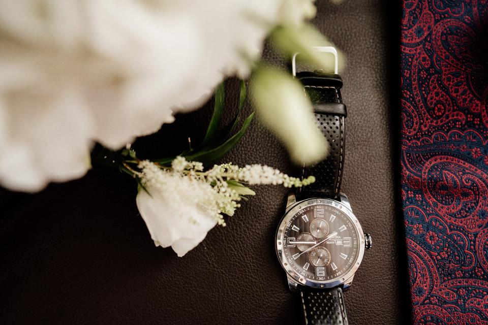 detale ślubne- zegarek, butonierka
