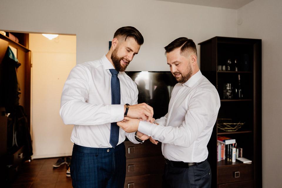 Przygotowania ślubne- zapinanie spinek