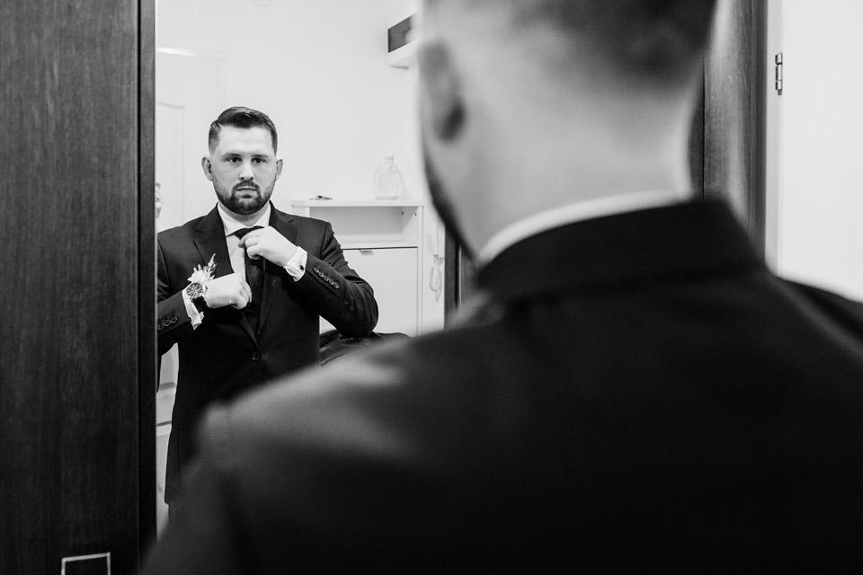pan młody przy lustrze
