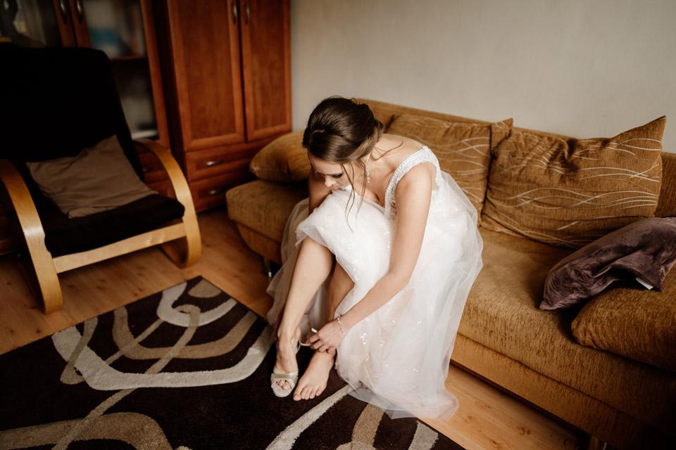 panna młoda zakłada buty ślubne