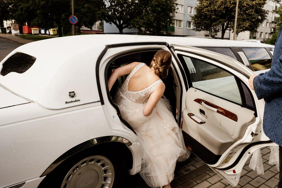 panna młoda wsiada do limuzyny