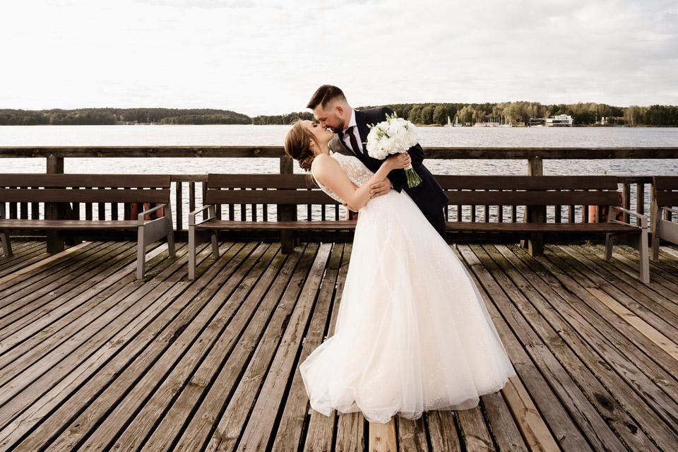 sesja ślubna w dniu ślubu na plaży miejskiej