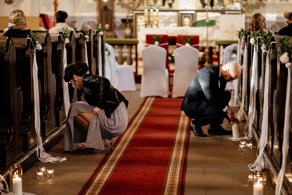 świadkowie podczas ozdabiania kościoła