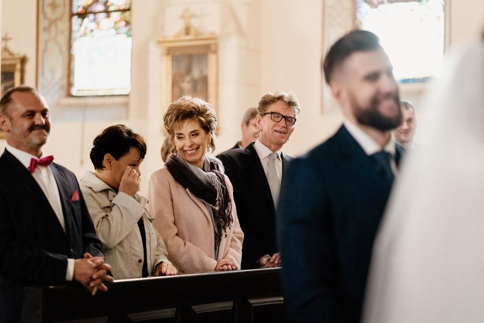 wzruszeni rodzice podczas przysięgi małżeńskiej