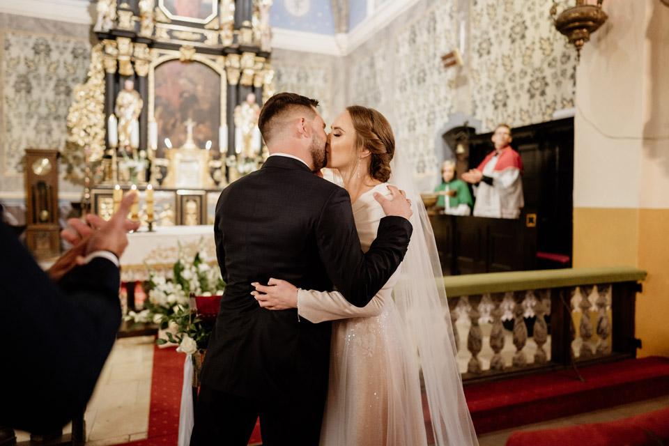 pierwszy pocałunek pary młodej- kościół w Jonkowie