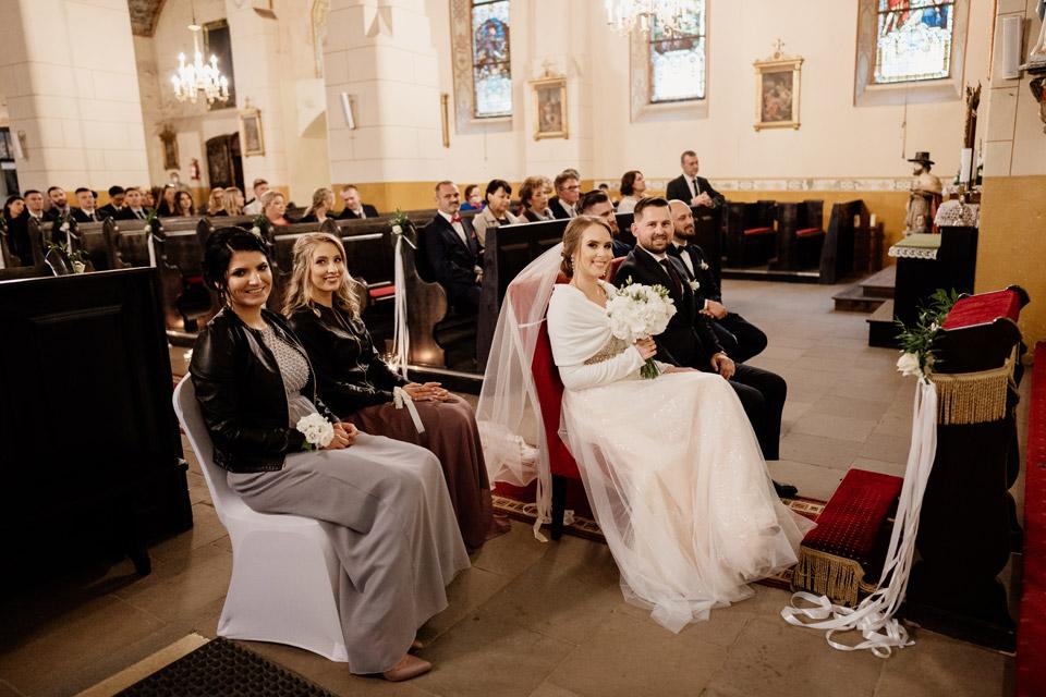 para młoda w kościele w Jonkowie