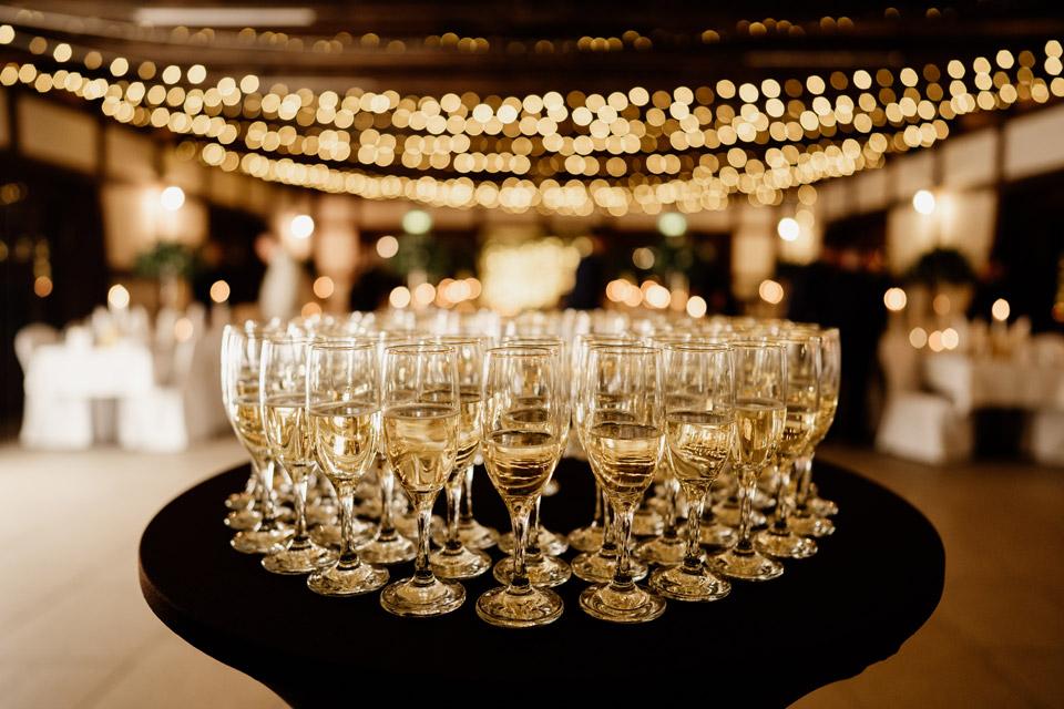kieliszki z szampanem na weselu