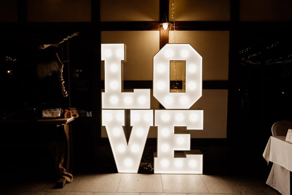 inny napis love na weselu