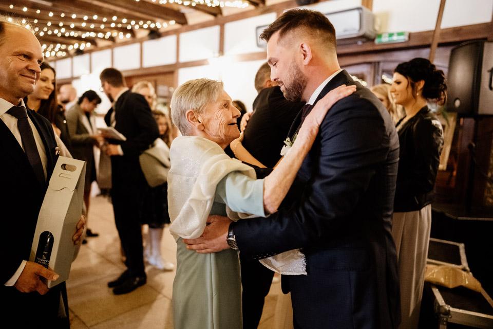 pan młody z babcią na weselu