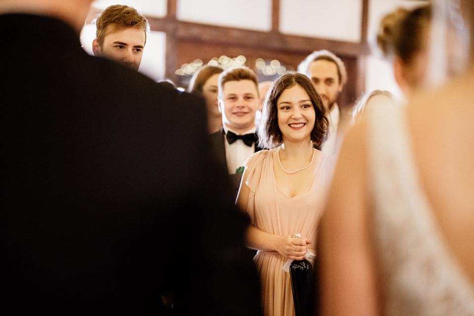 życzenia gości na sali weselnej