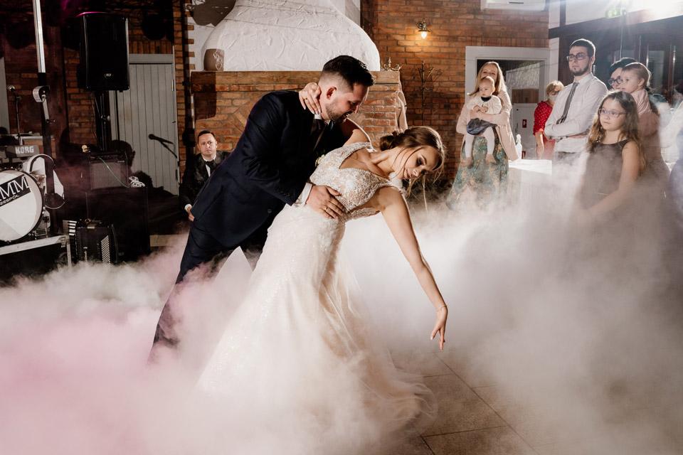 Zalesie Mazury- taniec młodej pary w chmurach
