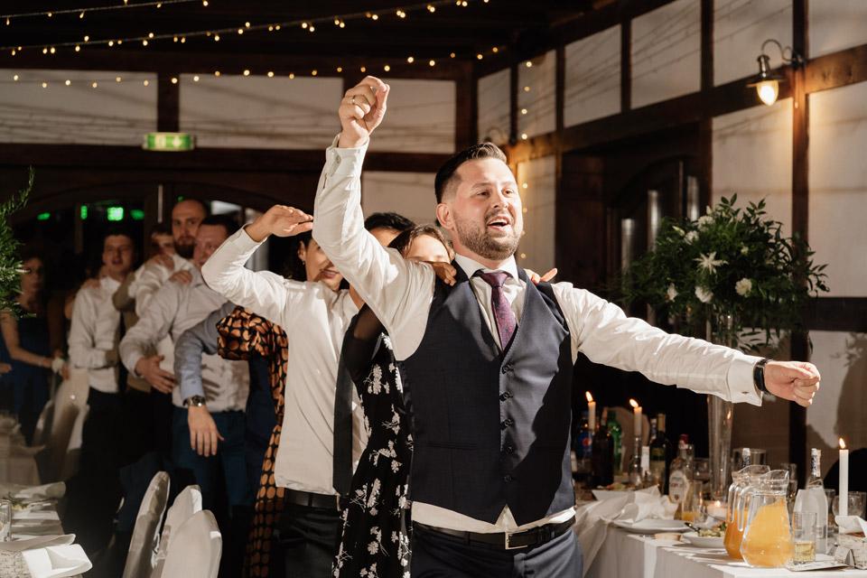 pan młody podczas zabawy weselnej