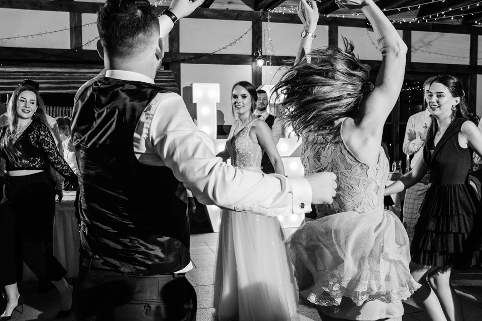 czarno białe ujęcie z zabawy na weselu
