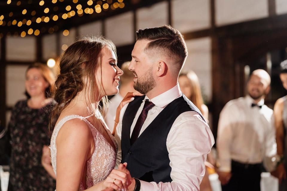 romantyczny taniec pary młodej na weselu