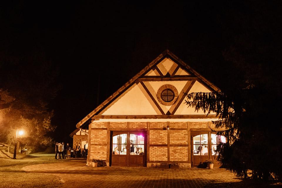 Zalesie Mazury Active SPA na zewnątrz w nocy