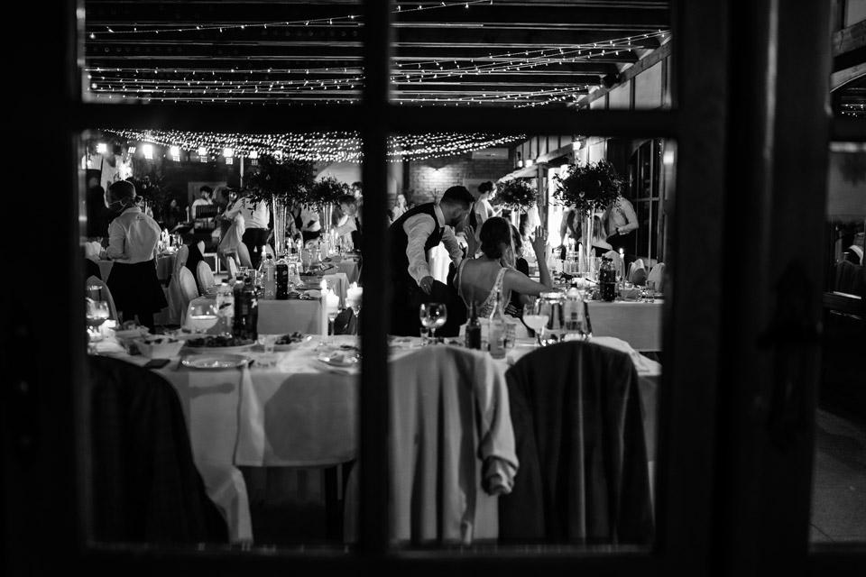 klimatyczne zdjęcia pary młodej na weselu w Zalesie Mazury