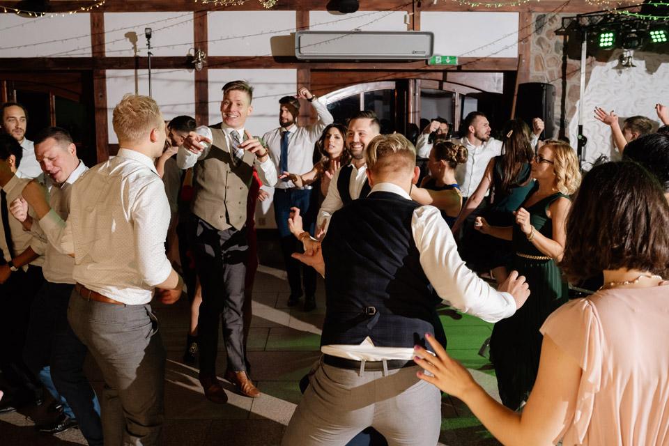 Pan Młody bawi się z gośćmi na weselu