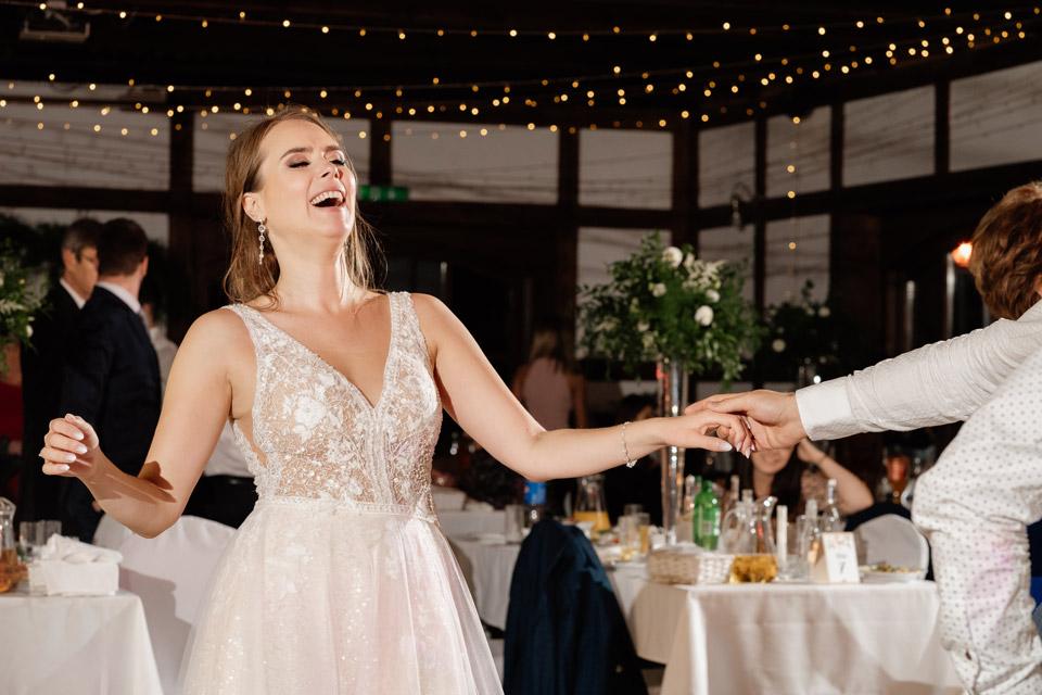 taniec z panną młodą na weselu w Zalesie Mazury