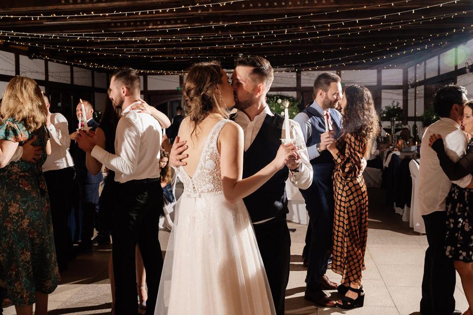 para młoda całuje się podczas tańca ze świecami na weselu w Zalesie Mazury