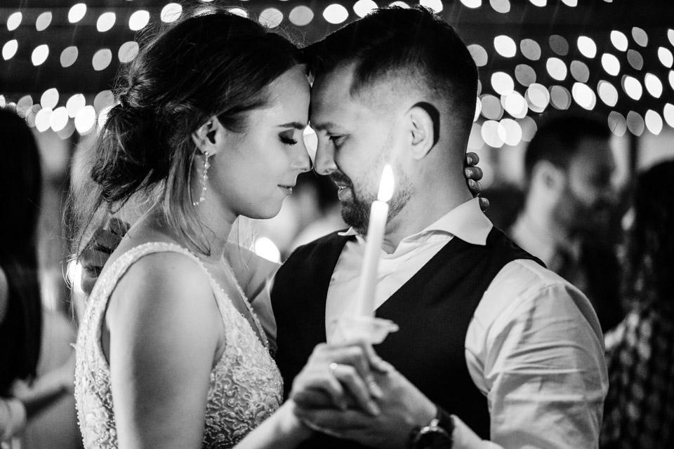 romantyczny taniec pary młodej ze świecami na weselu w Zalesie Mazury