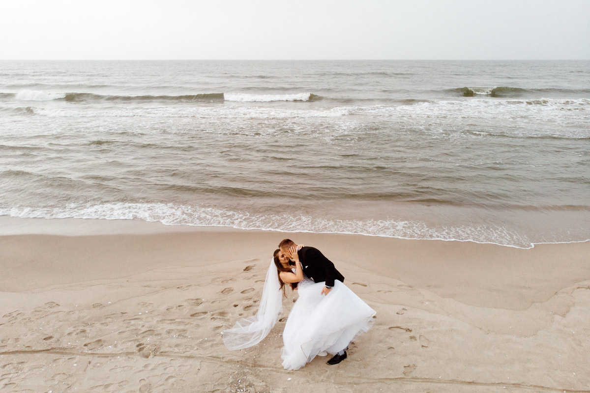 sesją ślubna na plaży fotografia z drona