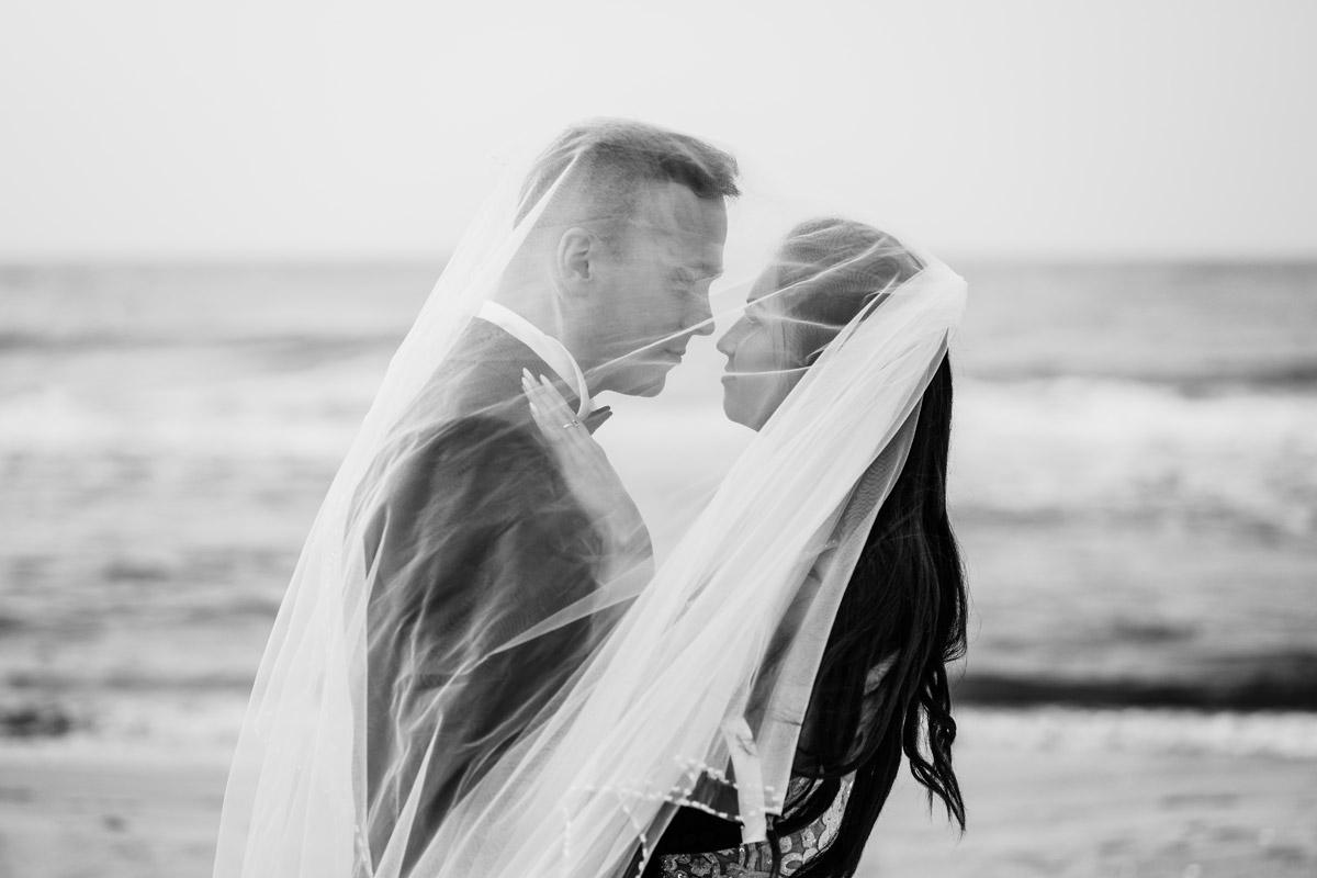czarno białe zdjęcie pary młodej na plaży
