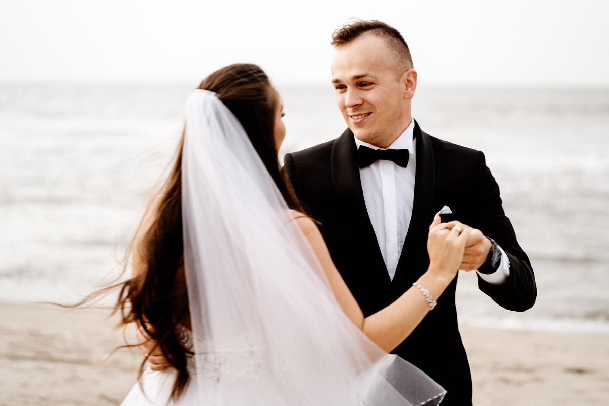 pan młody podczas sesji ślubnej