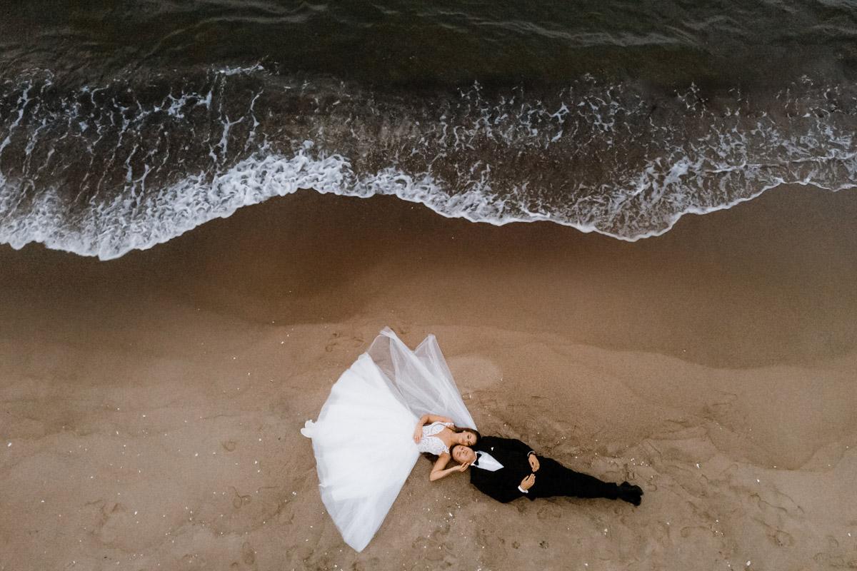 zdjęcia ślubne z drona nad morzem Bałtyckim
