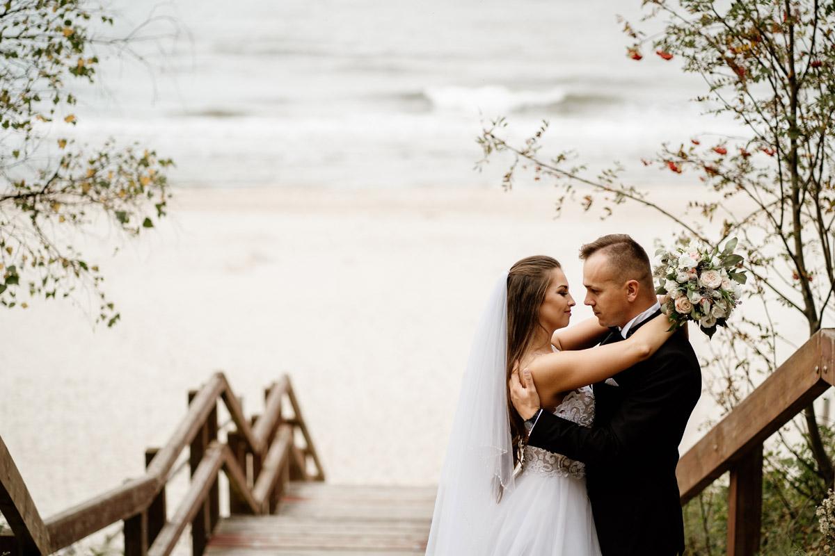 portret pary młodej na plaży