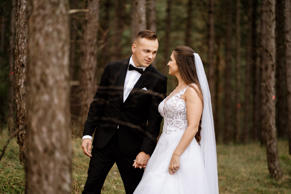 romantyczny spacer po lesie- sesja ślubna nad morzem
