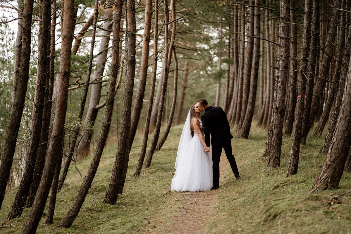 sesja ślubna nad morzem- pocałunek pary młodej