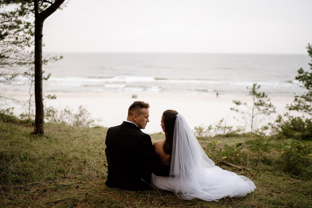 sesja ślubna z widokiem na morze bałtyckie