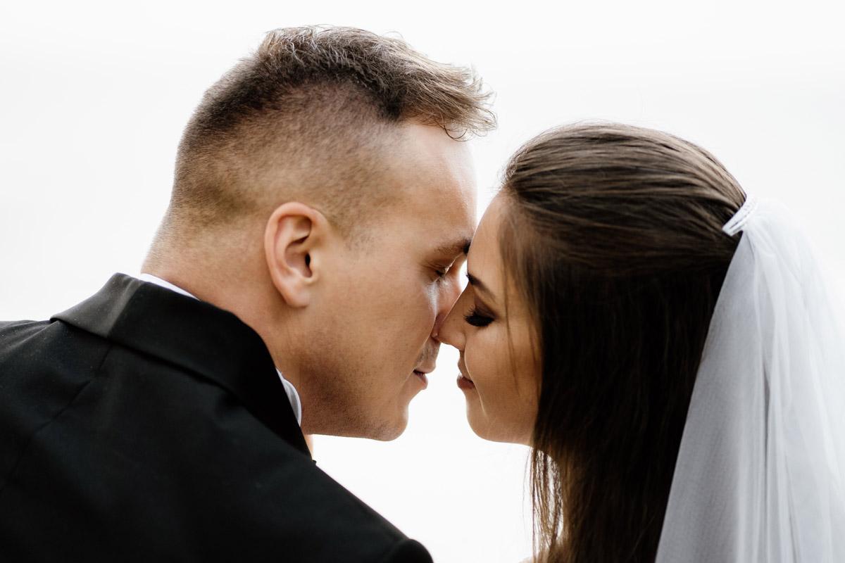 romantyczne spojrzenie pary młodej
