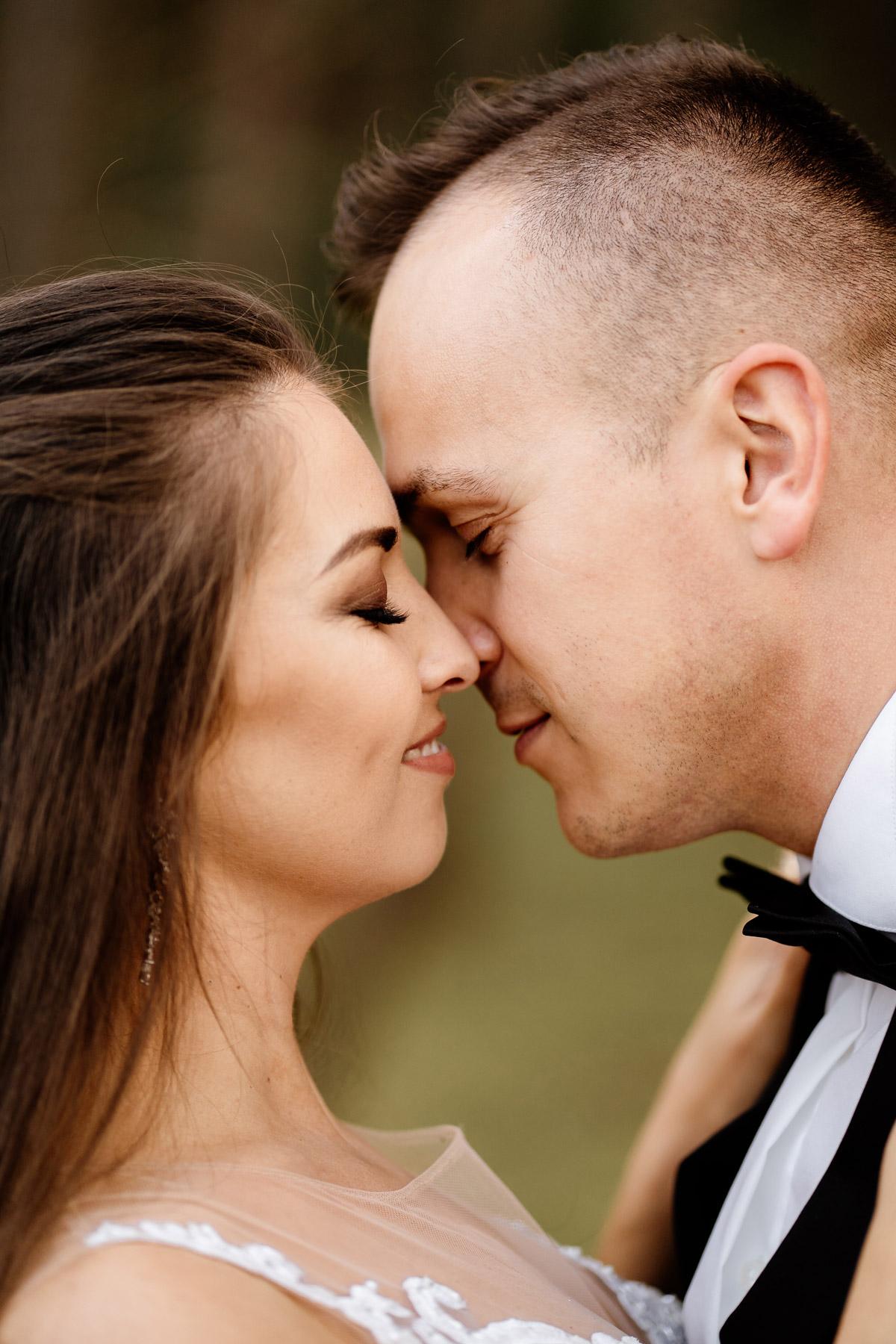 piękny portret pary młodej z bliska- najlepsza fotografia ślubna