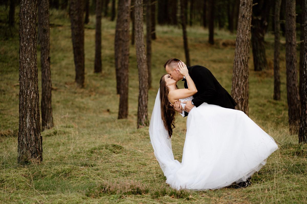 sesja ślubna nad morzem w lesie