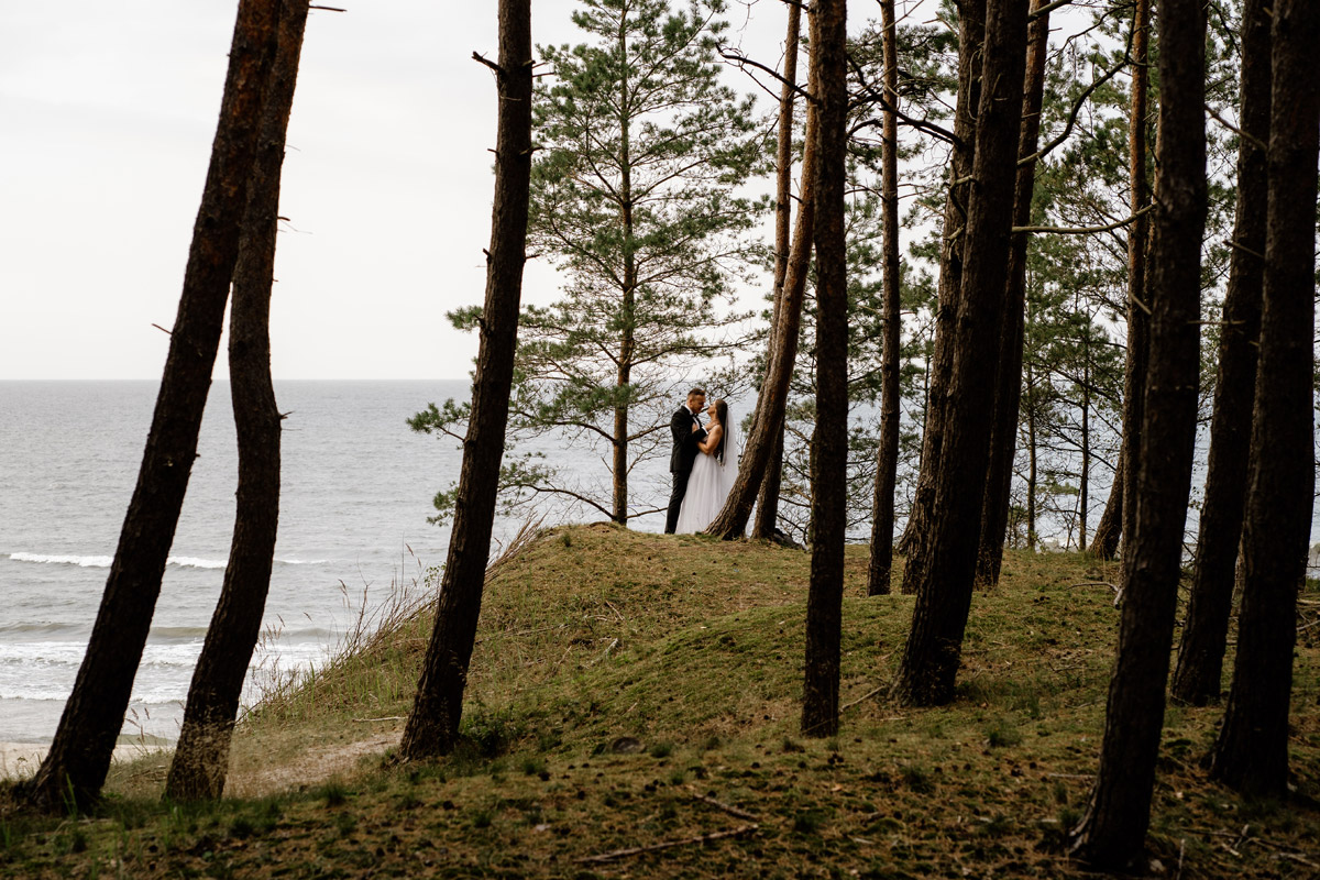sesja ślubna nad morzem- widok na wodę i las